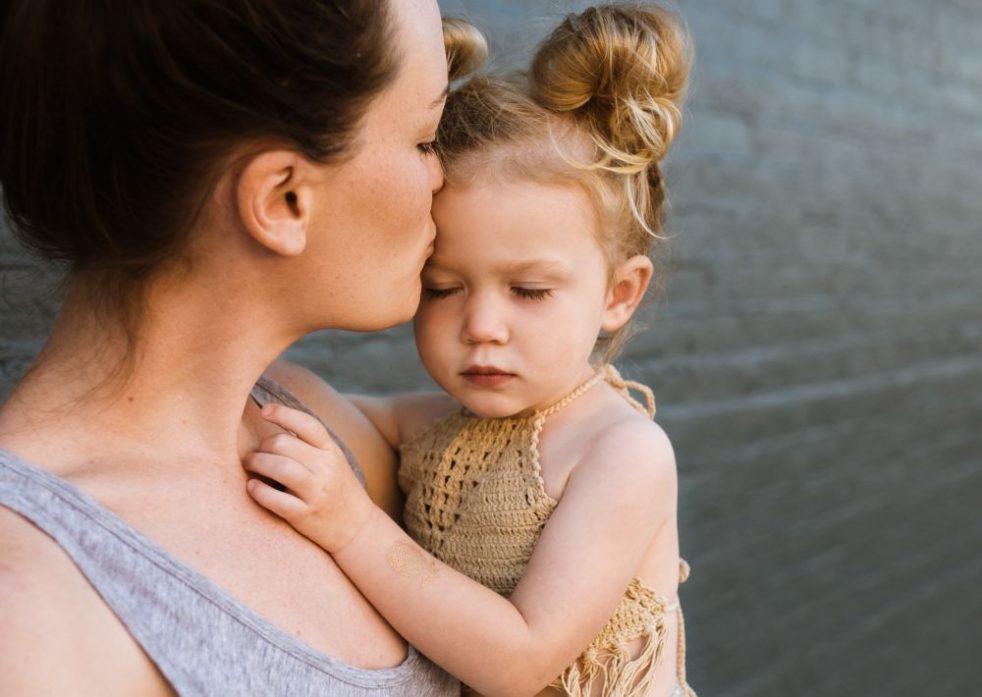 Junge Mutter mit Tochter am Arm